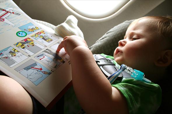 Tips Membawa Bayi Naik Pesawat Terbang