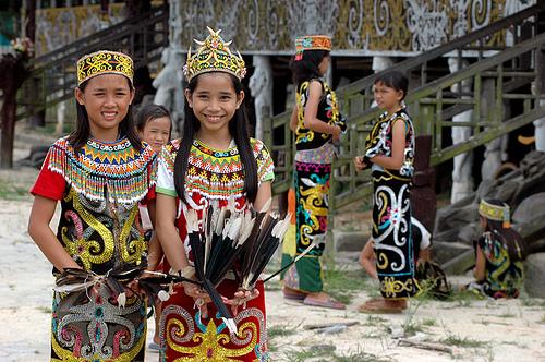 Ini Pakaian Adat Suku Dayak, Cantiknya
