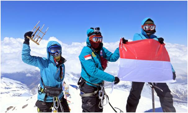 Bendera Merah Putih Berhasil di Kibarkan Pendaki Wanita Asal Indonesia