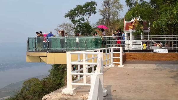 Sensasi Berdiri di Atas Awan di Jembatan Kaca Skywalk