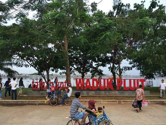 Keseruan Berwisata Santai di Taman Kota Waduk Pluit