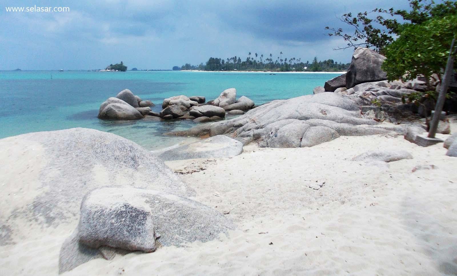 Serupa Walaupun Tak Sama, Bebatuan Eksotis di Pantai Trikora  Mirip dengan Belitung
