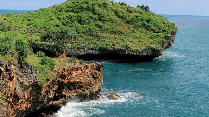 Menikmati Cantiknya Biru dari Laut Lepas Tanjung Kesirat