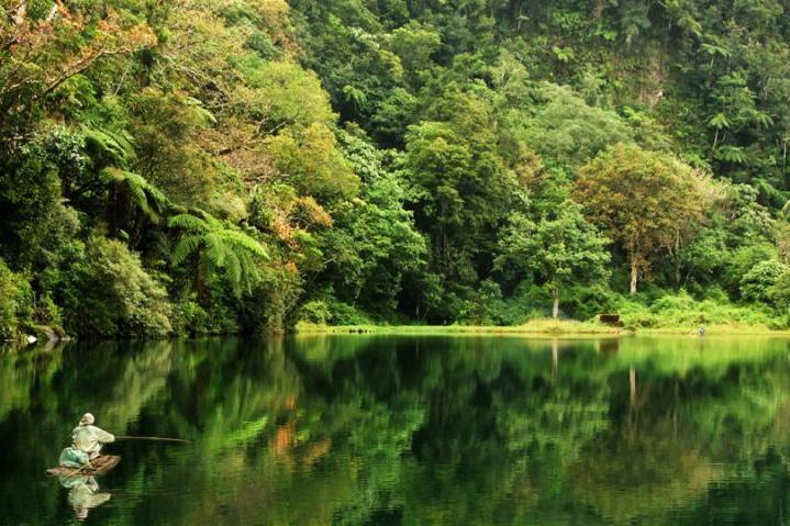 Kunjungi Danau Rana Mese, Wisata Alam Cantik di Nusa Tenggara Timur