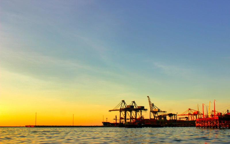 Wow Matahari Terbenam di Tepi Pelabuhan Makassar Cantiknya Tak Terkira !
