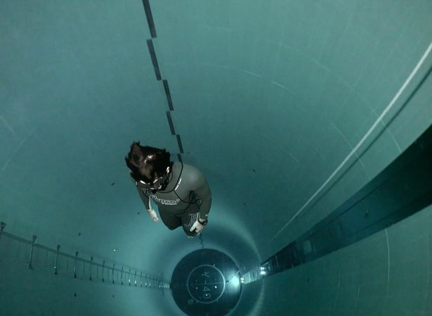 Ada Aksi Menyelam Hanya Sekali Nafas di Kolam Paling Dalam di Dunia