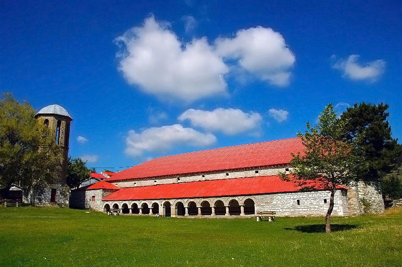 Sangat Unik, Ada Gereja Ditumbuhi Pohon Berusia 100 Tahun !