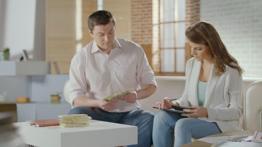 4 Tips Atur Keuangan Bagi Suami Istri yang Bekerja