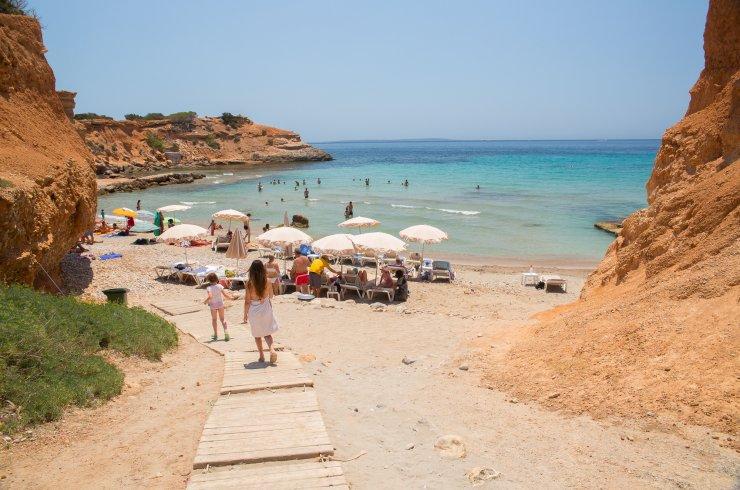 Intip Sa Caleta, Pantai Cantik bak Oase di Ibiza